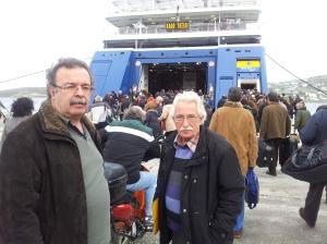 Ο πρόεδρος της Συντονιστικής Επιτροπής Φορέων Πάρου – Αντιπάρου κατά την αναχώρηση των διαδηλωτών, σήμερα το πρωί, στο λιμάνι της Πάρου.
