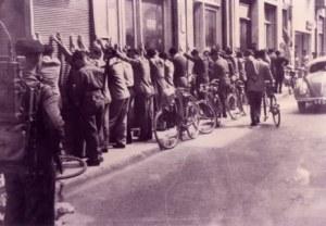 έλεγχος υπόπτων κυπρίων από βρετανούς στρατιώτες 2