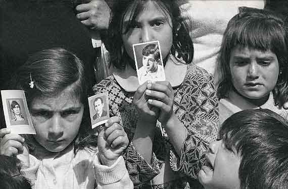 Παιδάκια της Κύπρου λίγες ημέρες μετά την εισβολή κρατούν τις φωτογραφίες των αγνοούμενων από την εισβολή των Τούρκων γονιών τους. Μερικές χιλιάδες από αυτούς δεν βρέθηκαν ποτέ...