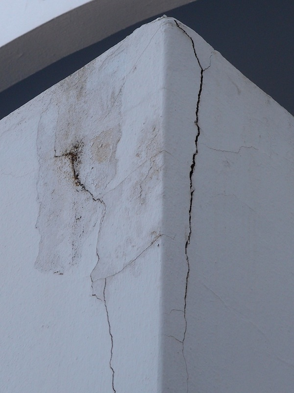 Οι διαβρώσεις είναι ορατές και στην εξωτερική πλευρά του κτιρίου