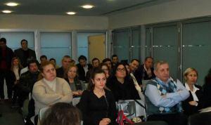 Η εικόνα της συνάντησης μίας από τις εκδηλώσεις που προβάλλει η δημοτική αρχή σαν κατόρθωμα. Καμία εικοσαριά άτομα αγνώστου προελεύσεως στοιβαγμένα σε ένα γραφείο!
