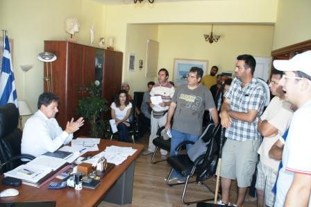 Όταν ο ηττημένος δήμαρχος Χρ. Βλαχογιάννης παραμύθιαζε τους εργαζόμενους της ΔΕΥΑΠ (φώτο αρχείου)