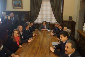Οι κομματικοί φίλοι, τοπικοί πολιτικοί της Περιφέρειας Νοτίου Αιγαίου και της εκλογικής περιφέρειας Δωδεκανήσου του Σαμαρά, σε σύσκεψη μαζί του, στις ρεβεράτζες του πρόσφατου, προεκλογικού Ιανουαρίου 2015