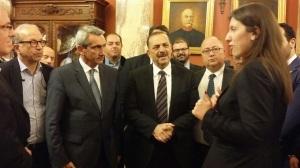 Οι επαναστάτες της πρωταπριλιάς παραδίδοντας στη Βουλή την επιστολή για τον Τσίπρα, στην πρόεδρο Ζ. Κωνσταντοπούλου (το e-mail Βαρουφάκη είχε ήδη δημοσιευτεί)